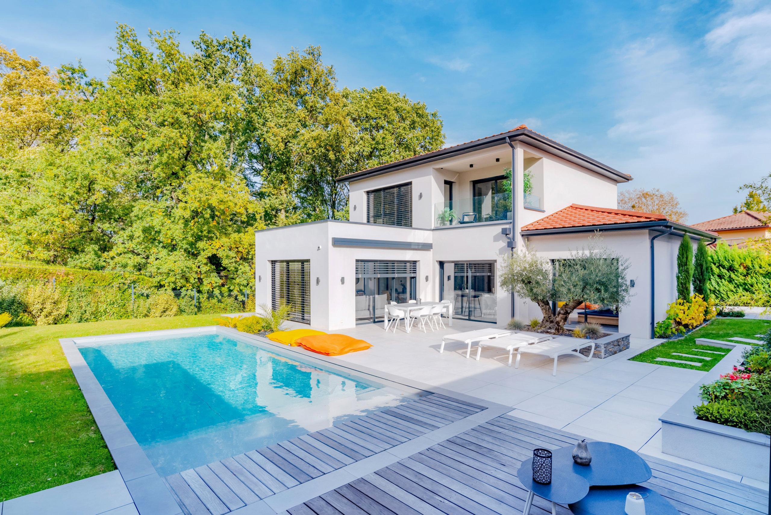 maisons-contemporaines-piscine-jardin
